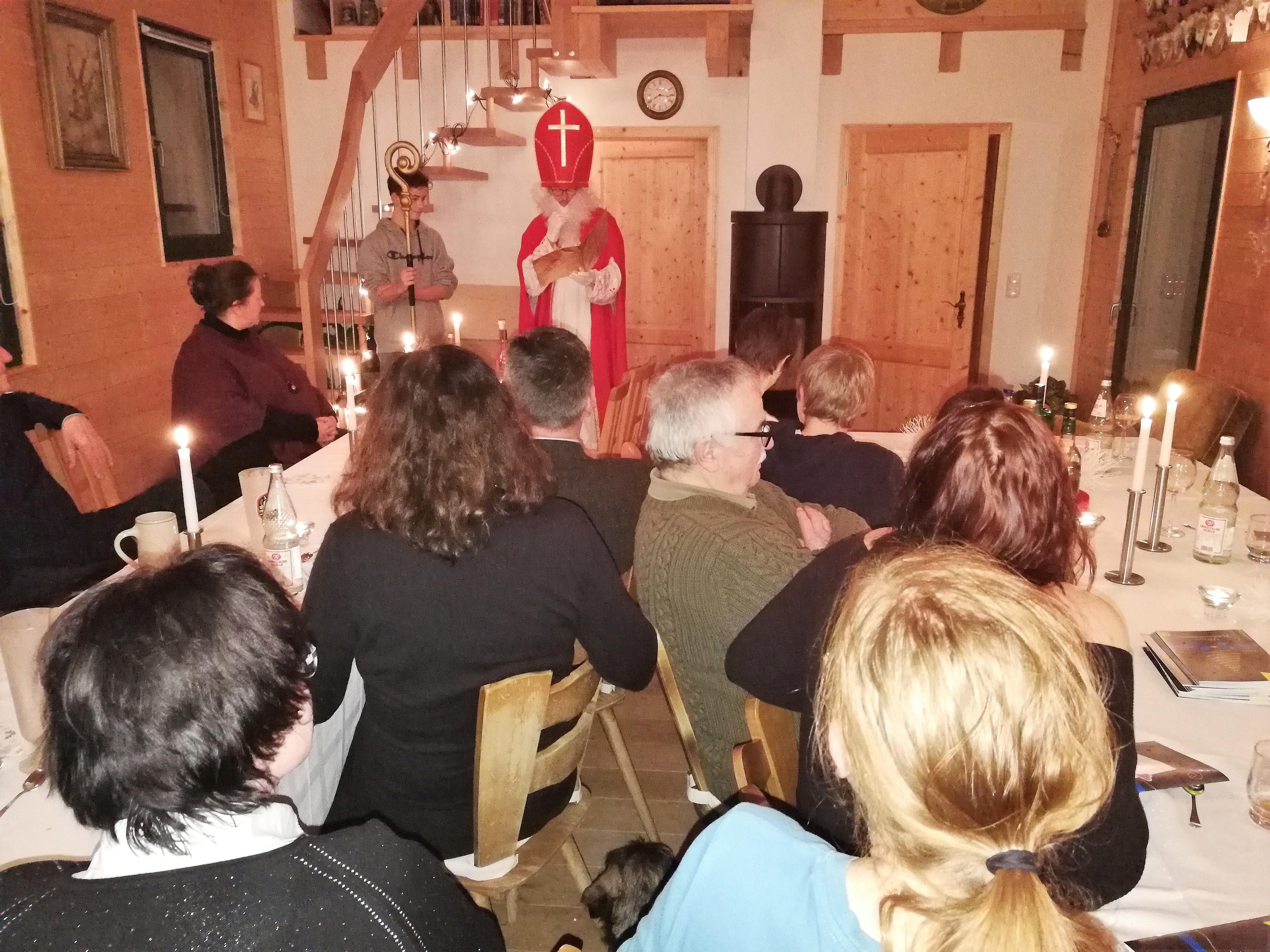 Der Nikolaus Christian hält die Laudatio und Damnatio über die Oberpfälzer Parforcehornbläser. Fabian hält den Bischofsstab